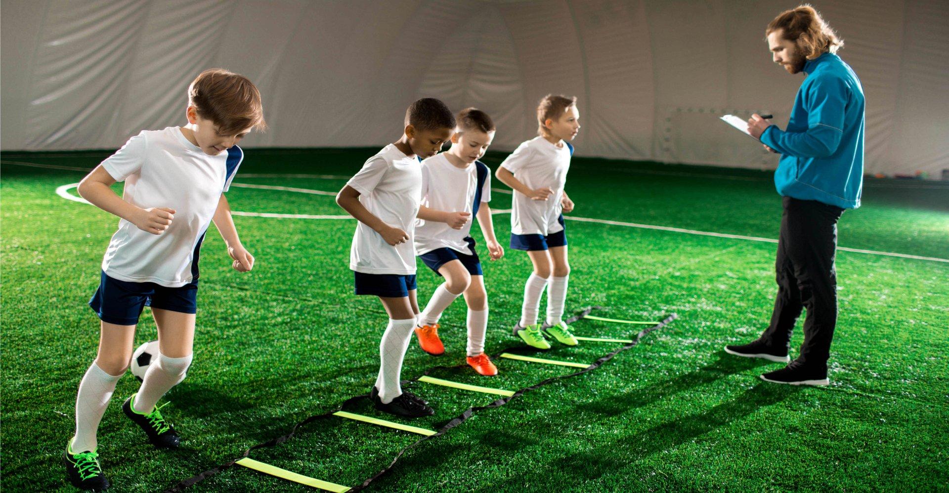 Entraineur apprend soccer enfants complexe sportif