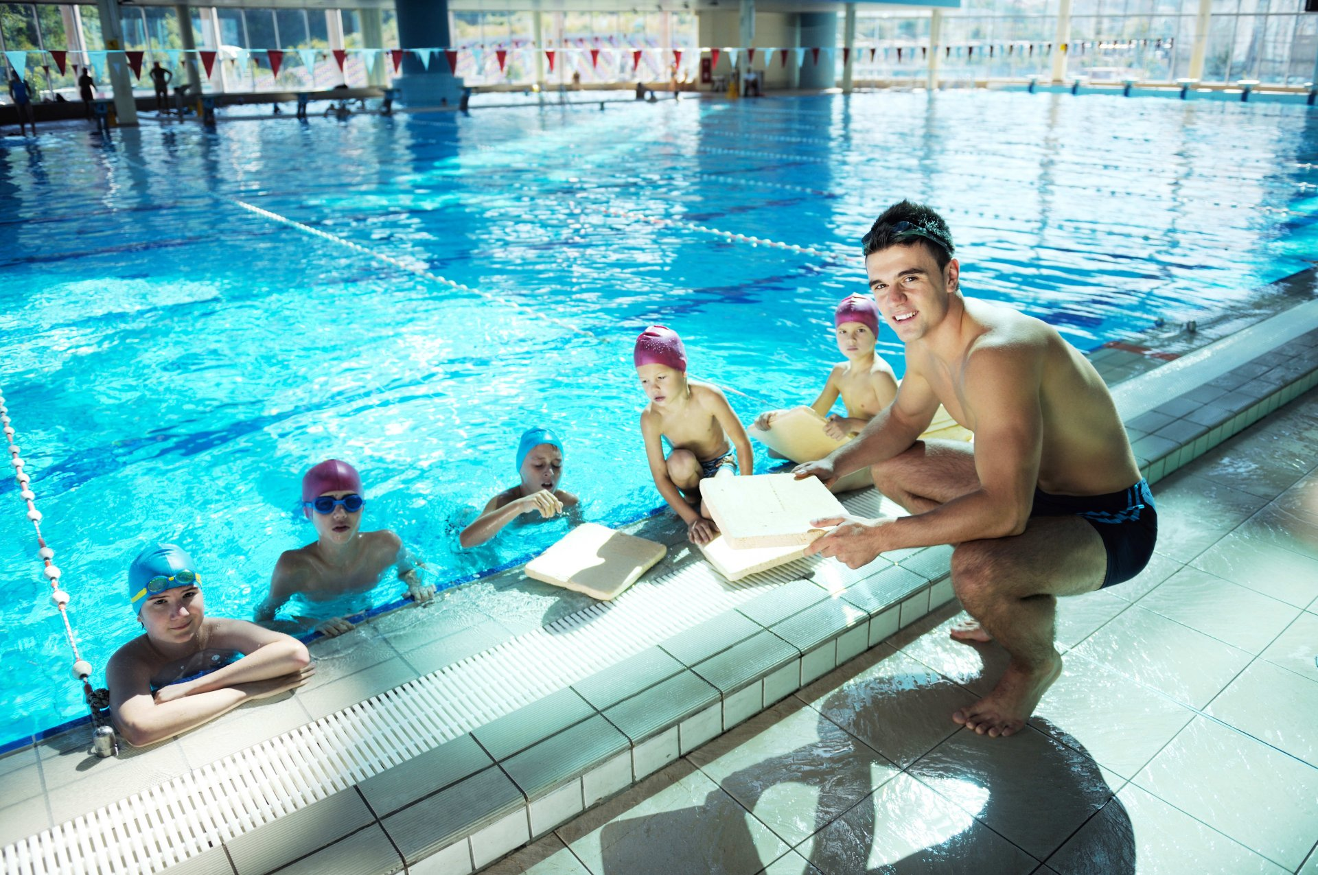 Maitre nageur cours de natation aux enfants